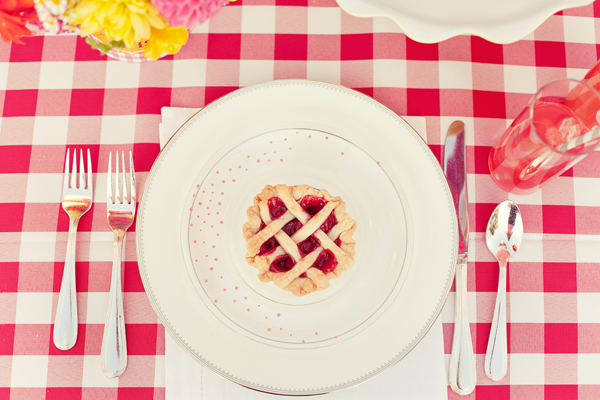 Southern-weddings-Southern-wedding-ideas-mini-wedding-pies-gingham-wedding-ideas
